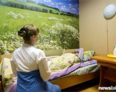 Врач беседует с пациентом наркологической клиники «Чистый город»